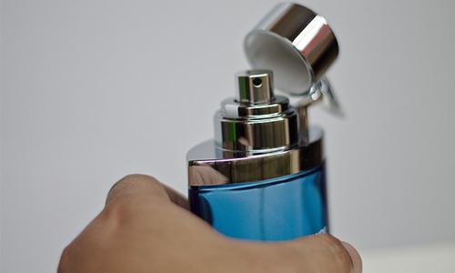 香水瓶を持つ手