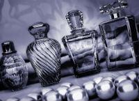 さまざまな種類の香水の瓶が並ぶ