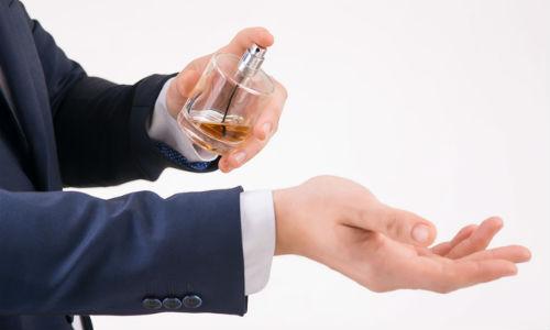 手に香水を付ける
